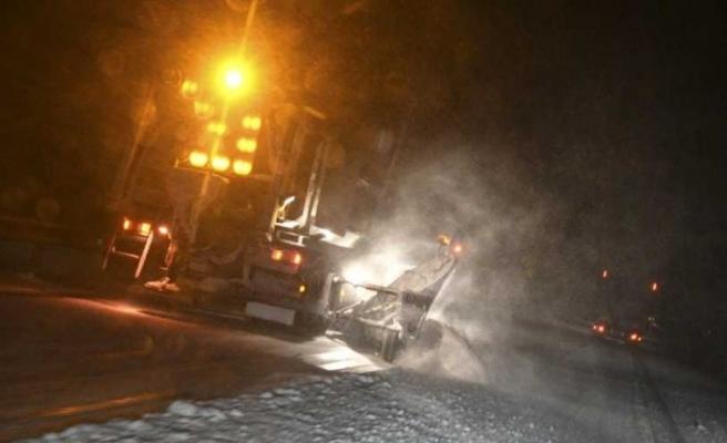 İsveç'te kar yağışı ve buzlanma trafiği durdurdu