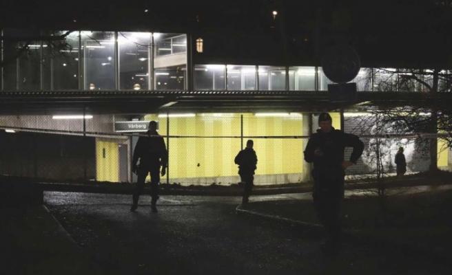 İsveç'te maskeli kişiler metro istasyonunda bir kişiyi bıçakladı