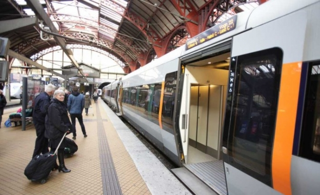 Metro istasyonunda iki genç bıçaklandı