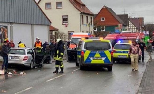 Almanya'da araç karnavala daldı en az 15 yaralı