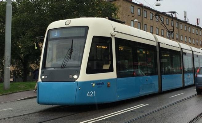 İsveç'te otomobil tramvay hattına girdi kaza ucuz atlatıldı