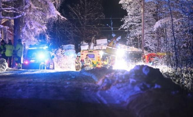 İsveç'te tren kamyona çarptı