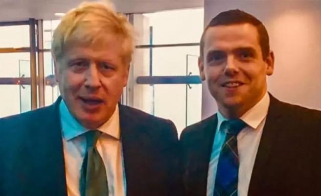 İngiltere'de karantina skandalı nedeniyle devlet bakanı istifa etti