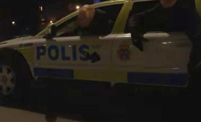 İsveç polisi, aracına polis arabası süsü veren zanlıları arıyor
