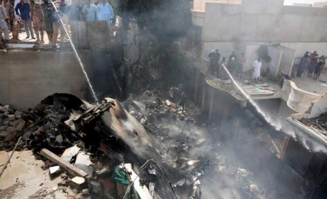 Pakistan'da yerleşim yerine düşen uçakta bulunan 107 kişinin hayatını kaybettiği bildirildi