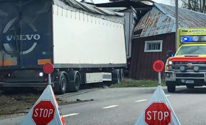 Yoldan çıkıp ahıra giren kamyonun sürücüsü öldü