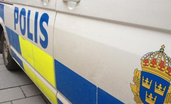 Eskilstuna'da polis elinde makasla sağa solan, çatan kadını kelepçeledi