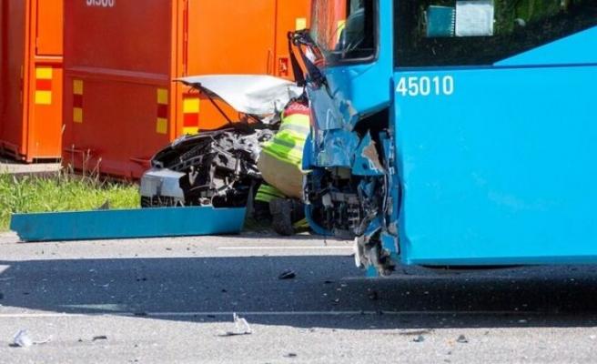 Otobüs ve otomobil arasında kaza!