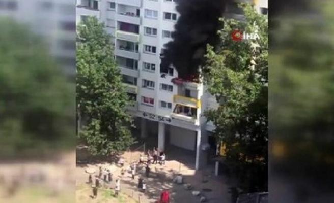 Evde çıkan yangından kaçmak için pencereden atlayan iki çocuğu, aşağıda bekleyenler tuttu