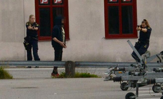 Mağaza sahibini bıçaklayan saldırgan, kadın polislerin silah çekmesiyle teslim oldu