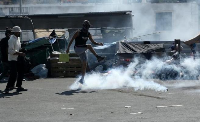 Yunan polisinden sokakta kalan mültecilere biber gazlı müdahale