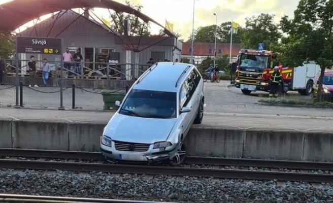 Sarhoş sürücü aracı raylara sürdü