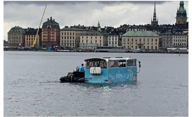 Stockholm'de amfibi otobüs denizin ortasında arızalandı