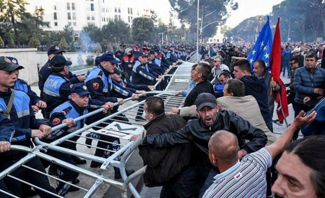 Covid-19 önlemlerinde polisten kaçan bir kişinin öldürülmesi ülkeyi karıştırdı