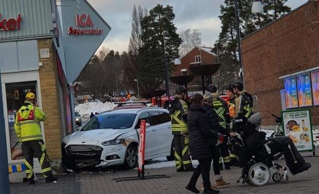 Kontrolden çıkan araç ICA mağazasına çarptı