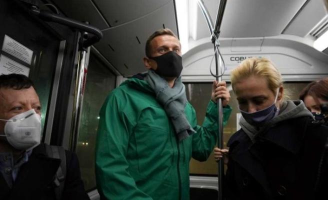 Rus muhalif Navalnıy Berlin dönüşü Moskova'daki havaalanında gözaltına alındı