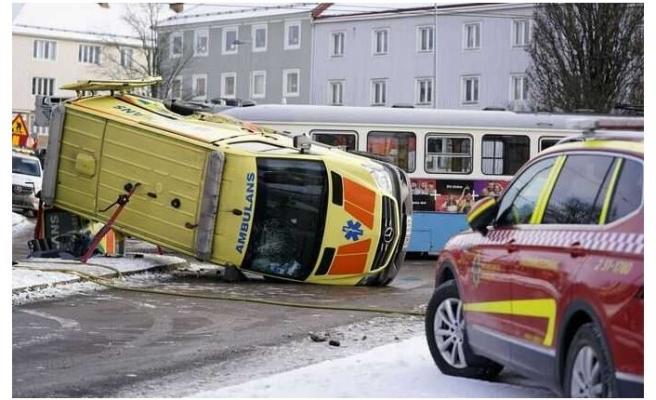 Hasta taşıyan ambulans tramvay ile çarpıştı