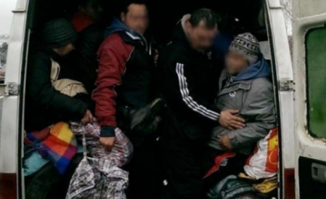 9 kişilik minibüste 43 kişi,  İsveç'e dilenmeye giderken  yakalandı