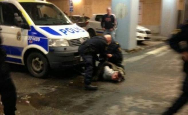 Annesi kalp krizi geçiren gence, Huddinge Hastanesi önünde polis şiddeti...FOTO