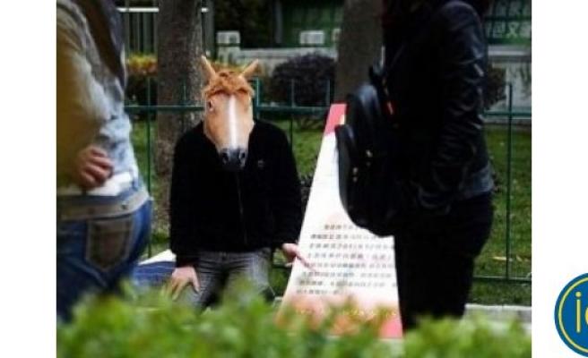 At maskesiyle gezen adamın acı hikayesi