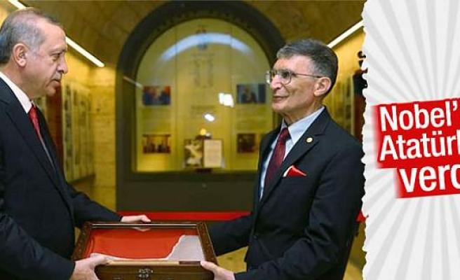 Aziz Sancar Nobel Ödülü'nü Anıtkabir'e takdim etti