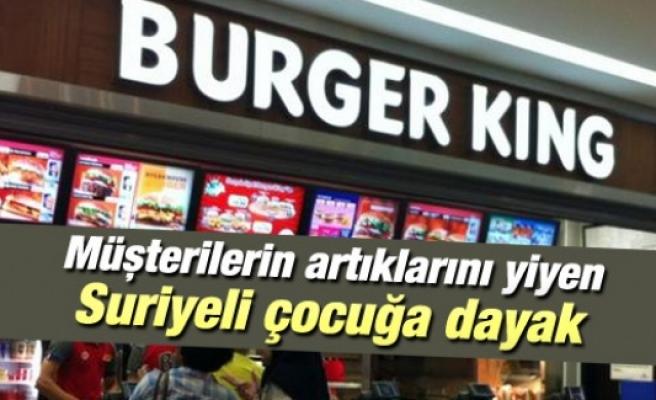 Burger King'de müşterilerin artıklarını yiyen aç çocuğa dayak