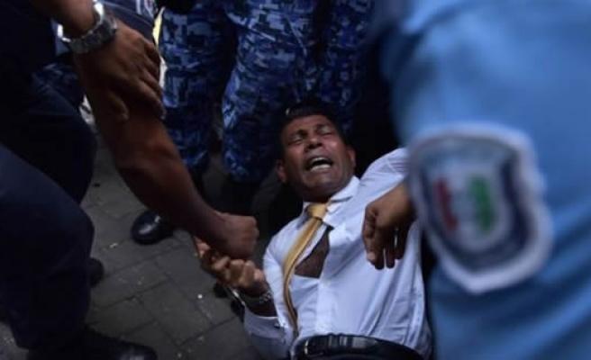 Devlet başkanını yerde sürükleyerek mahkemeye götürdüler!