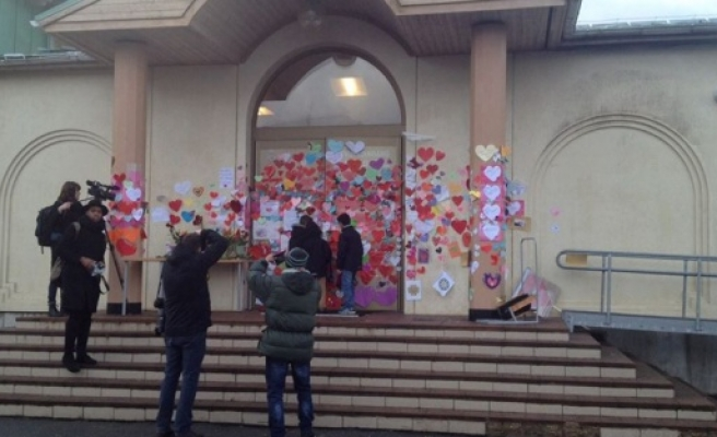 Dün Uppsala'da kundaklanan camiye 6 bin İsveçli kalp bıraktı...FOTO