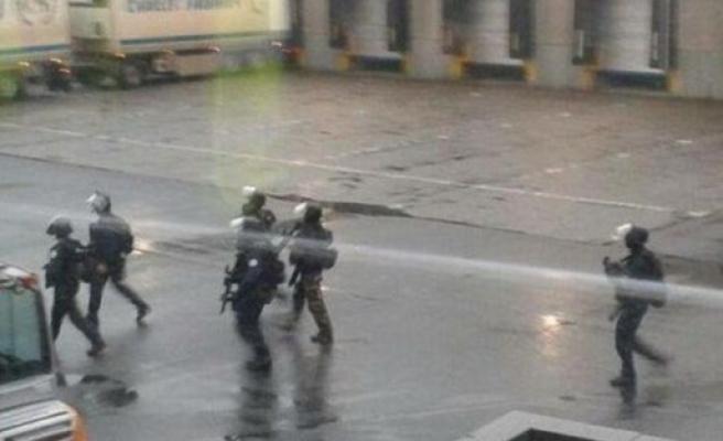 Fransa'da saldırganlar bir matbaada kıstırıldı