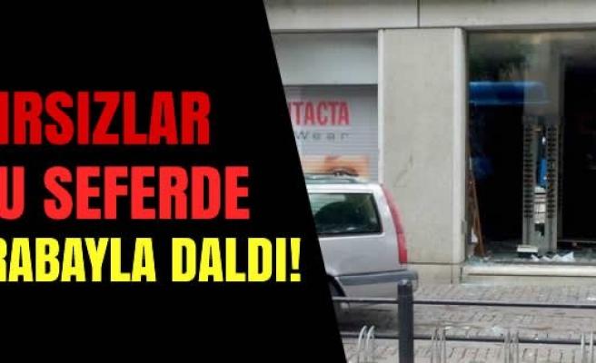 Göteborg'da hırsızlar arabayla dükkana daldı