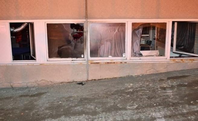 İsveç'te derneğin camını çerçevesini indirdiler