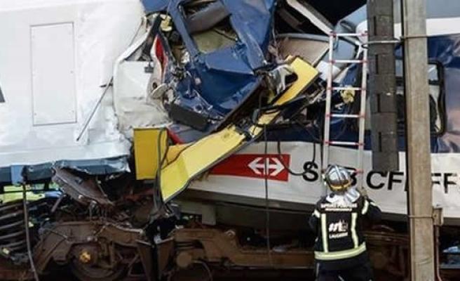 İki yolcu treni çarpıştı