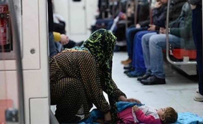 İşte Dram! Evsiz anne çocuğu ile metro'ya sığındı İnsanlık sadece seyretti!