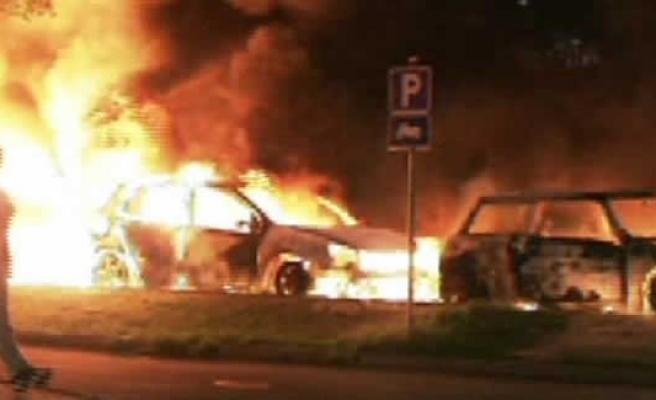 İsveç gece boyu molotoflu saldırılara uğradı!