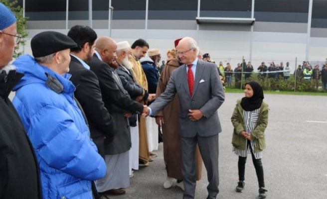 İsveç Kralı Gustaf, kundaklanan camiyi ziyaret etti
