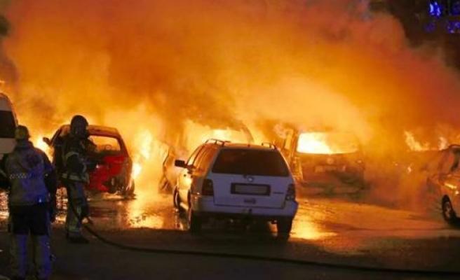 İsveç'te 12 araba kundaklandı