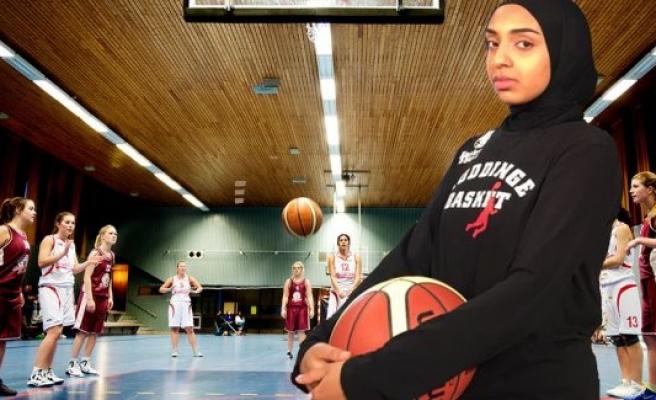 İsveç'te Başörtülü Basketbolcuya İzin Çıktı