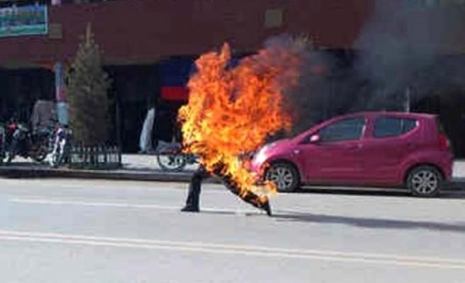 İsveç'te bir kişi kendini kilisede ateşe verdi...