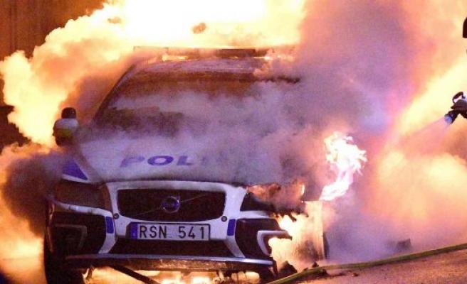 İsveç'te bir polis aracına bombalı saldırı