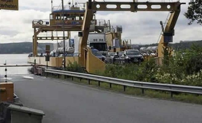 İsveç'te feribot karaya oturdu