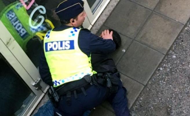 İsveç'te polise bıçaklı saldırı