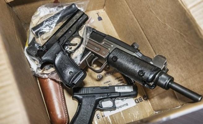 İsveç'te ruhsatsız silah yakalattırana ağır ceza