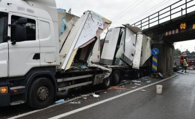 İsveç'te TIR köprüye sıkıştı trafik durdu