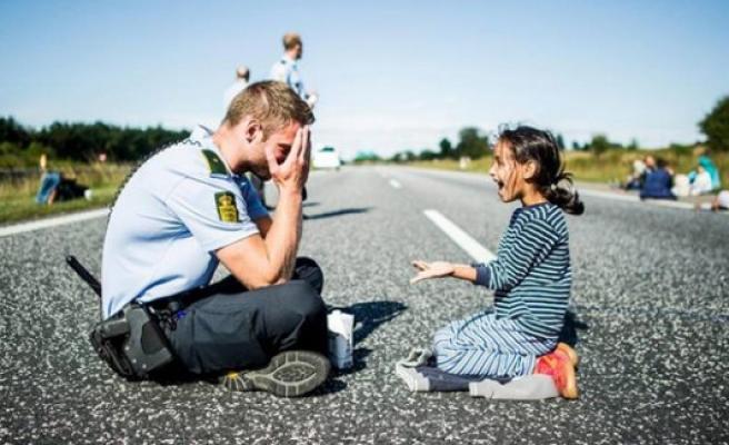 Danimarkalı Polisin küçük sığınmacı kızla oyunu yürekleri ısıttı
