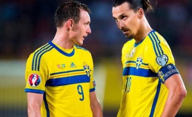 İsveçli yıldız futbolu bıraktı .