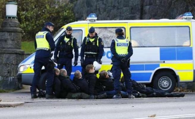 İsveç'te aşırı sağcıların izinsiz gösterisine polis müdahalesi
