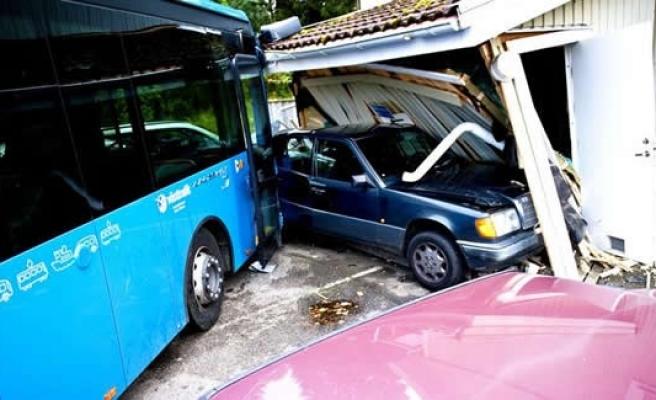 İsveç'te otobüs yolcularla birlikte evin içine daldı!