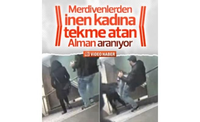 Merdivenlerden inen kadına tekme attı