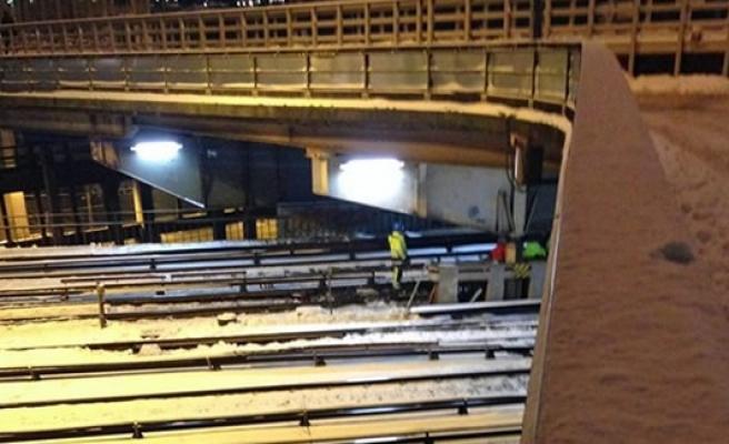 Ray yerinden çıktı! Metro (Tunnelbana) Kırmızı hattı durdu!