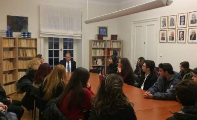 Nobel Ödül Töreni'ne katılacak öğrenciler Büyükelçi Yunt'u ziyaret etti